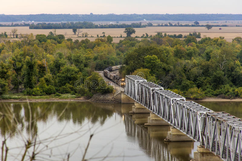 Trem, ponte de Wabash em Hannibal, Missouri fotos de stock royalty free