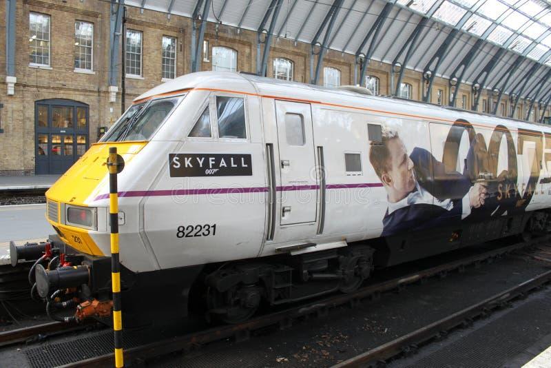 Trem que anuncia o filme Skyfall de James Bond foto de stock