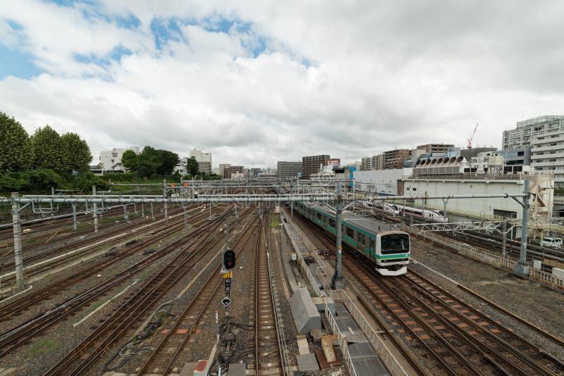 Trem que aproxima a estação de Ueno no Tóquio Opinião urbana da infraestrutura da trilha de estrada de ferro fotografia de stock royalty free