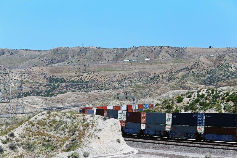 Trem que atravessa as montanhas foto de stock royalty free