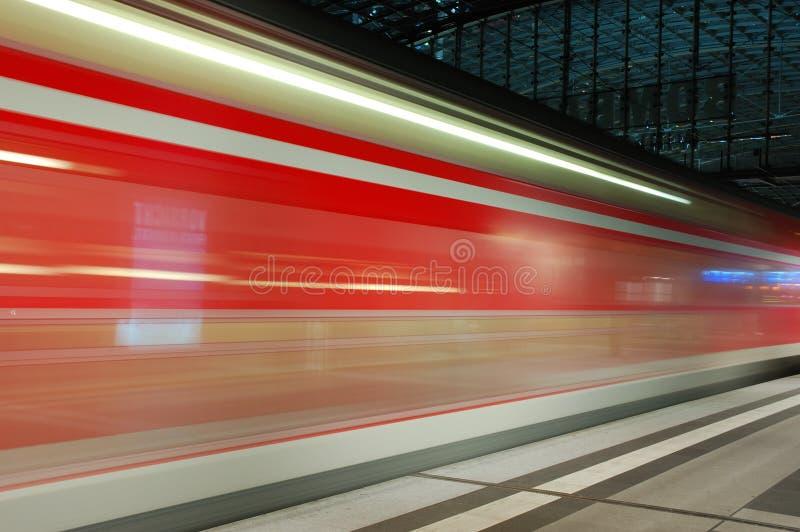 Trem que chega a estação imagens de stock royalty free