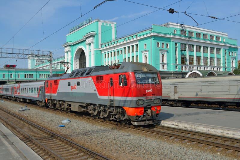 Trem que chega na estação de Novosibirsk imagens de stock