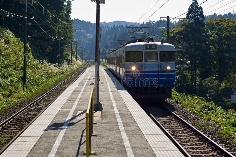 Trem que chega na estação japonesa rural. foto de stock royalty free