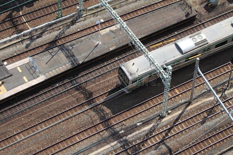 Trem que corre através da estação em Japão imagens de stock