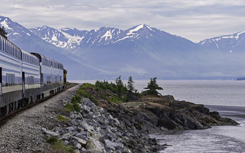 Trem que dirige o sudoeste ao longo do lado norte do braço de Turnagain em Alaska imagens de stock