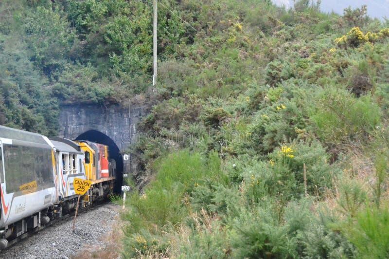 Trem que incorpora um túnel foto de stock