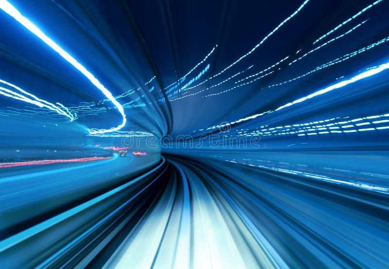 Trem que move-se rapidamente no túnel imagem de stock