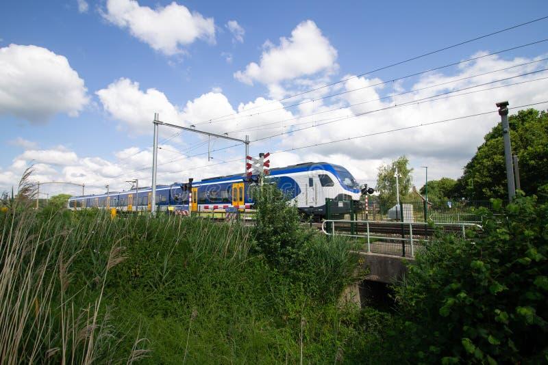Trem que passa por uma passagem de nível com alta velocidade fotografia de stock royalty free