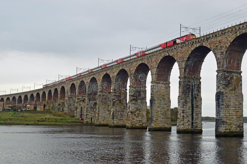 Trem que vai sobre a ponte real da beira, Berwick-Em cima-mistura de lã Northumberland Inglaterra do Virgin foto de stock royalty free