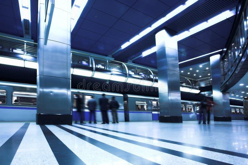 Trem rápido azul na plataforma imagens de stock royalty free