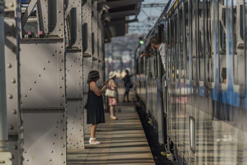 Trem rápido com os passageiros na estação Praga imagem de stock