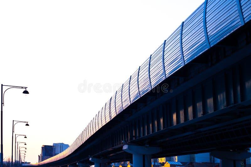 Trem rápido do monotrilho na estrada de ferro foto de stock