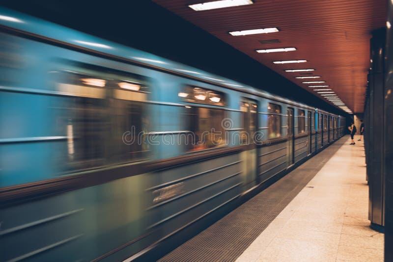 Trem rápido movente do metro no movimento subterrâneo, de alta velocidade sh fotografia de stock royalty free
