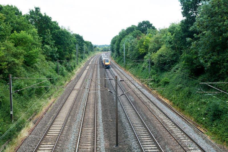 Trem rápido que viaja nas trilhas, trem de passageiros fotos de stock