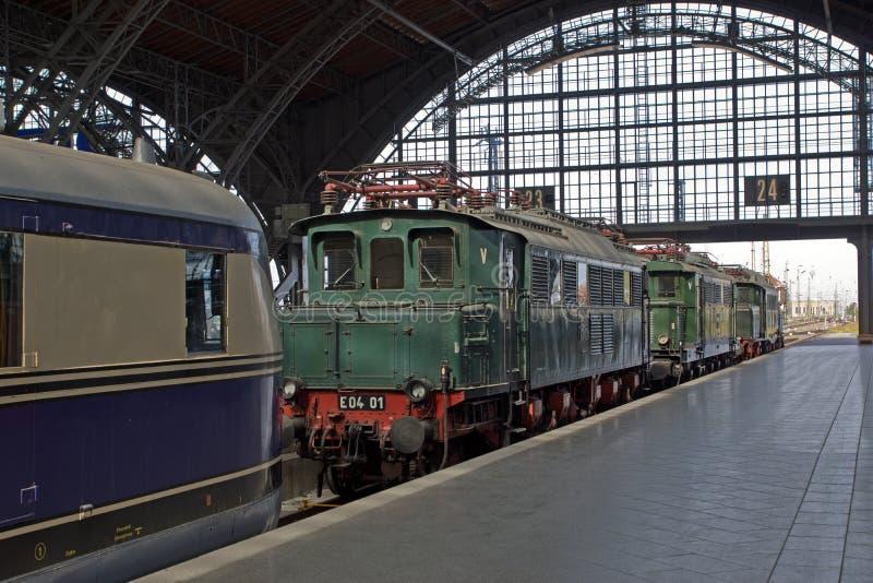 Trem railway histórico no estação de caminhos-de-ferro fotos de stock