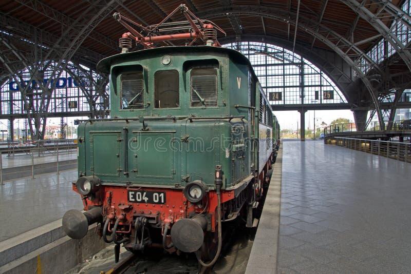 Trem railway histórico no estação de caminhos-de-ferro fotografia de stock