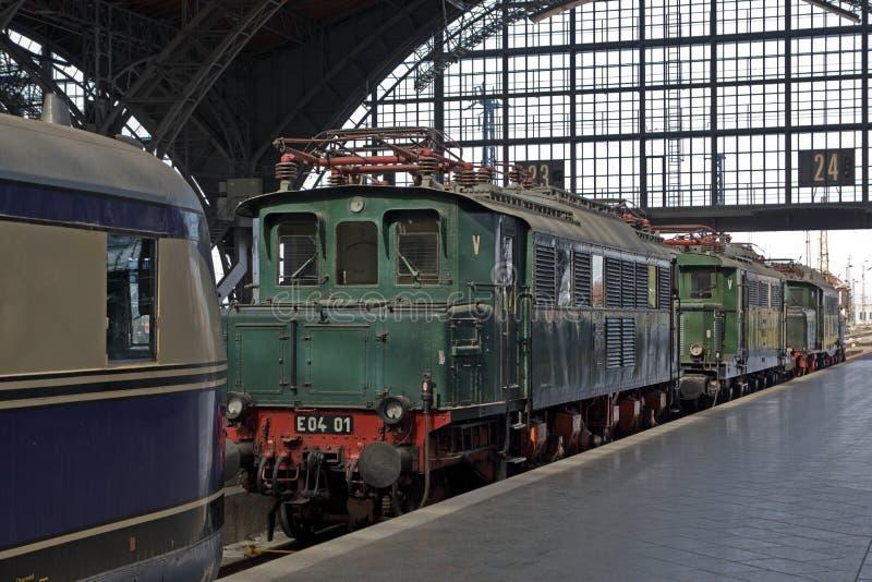Trem railway histórico no estação de caminhos-de-ferro imagens de stock