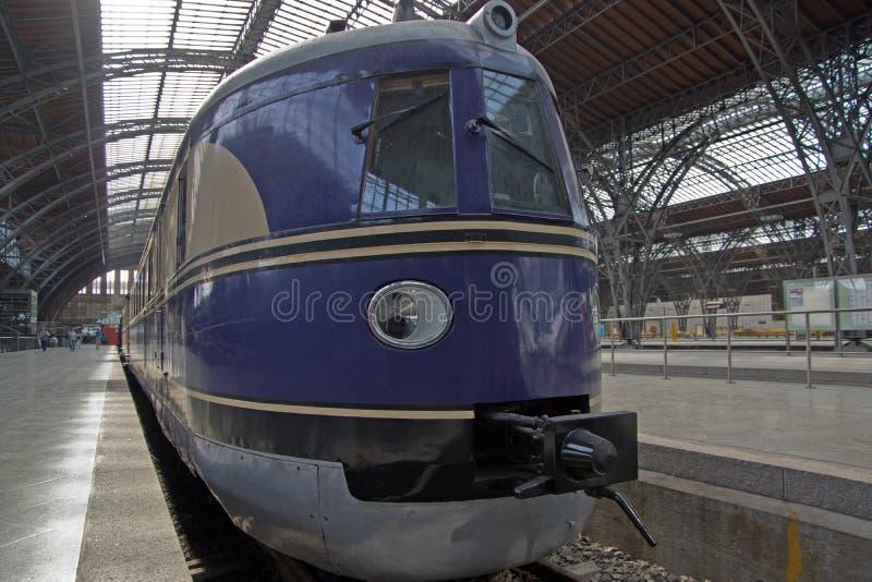 Trem railway histórico no estação de caminhos-de-ferro imagem de stock