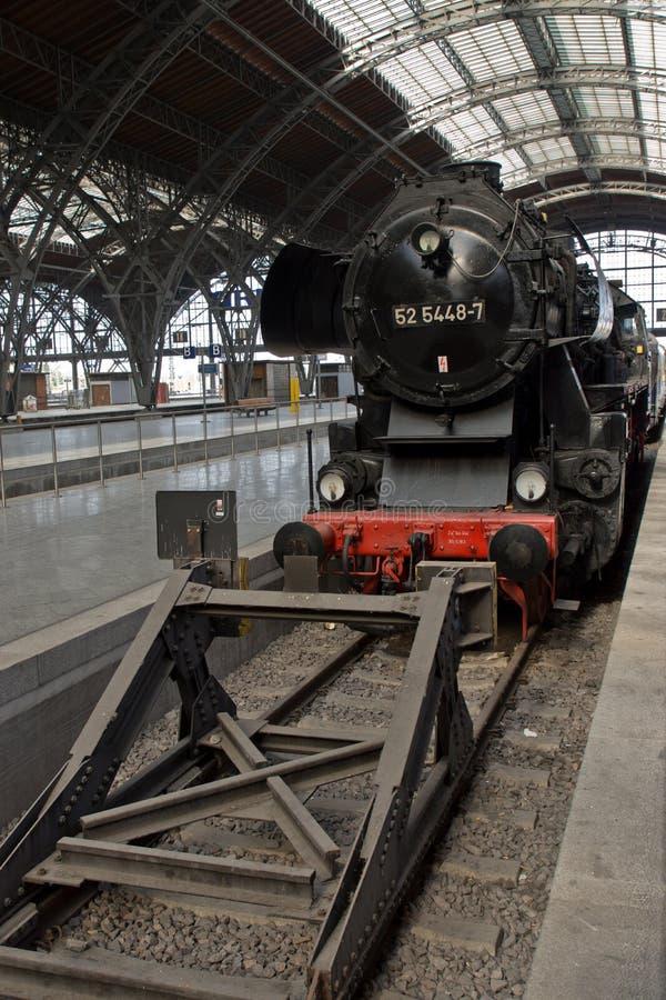 Trem railway histórico no estação de caminhos-de-ferro fotos de stock royalty free