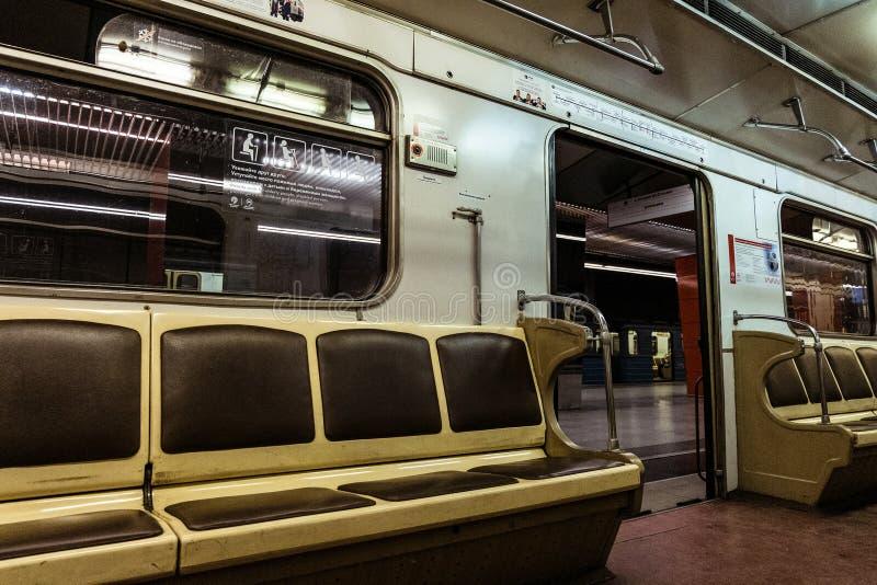 Trem retro interior do metro, vista interna Trem parado na estação imagens de stock royalty free