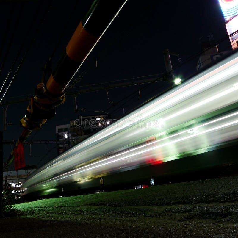 Trem Running na noite, Tokyo fotos de stock