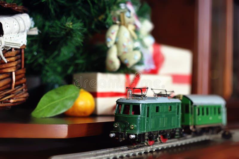 Trem sob o presente da árvore fotos de stock