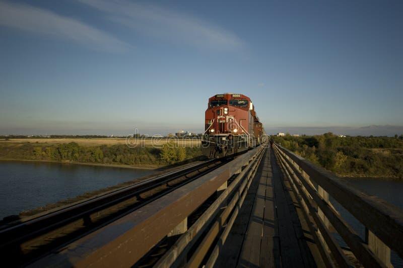 Trem sobre a ponte foto de stock royalty free