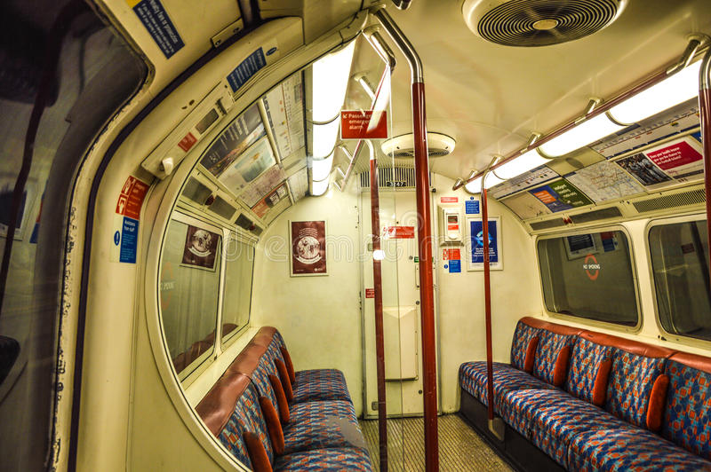 Trem subterrâneo de Londres para dentro fotos de stock royalty free