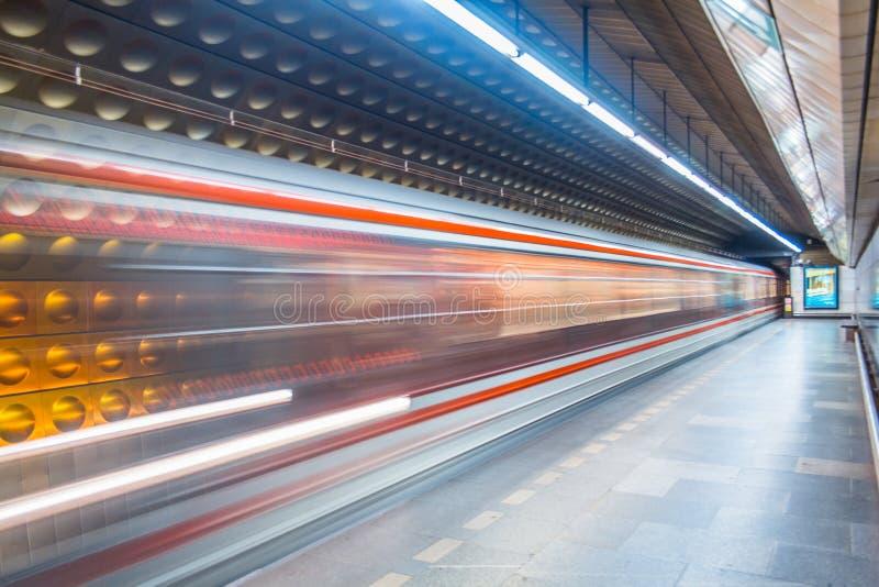 Trem subterrâneo de Praga que aproxima a estação fotografia de stock royalty free