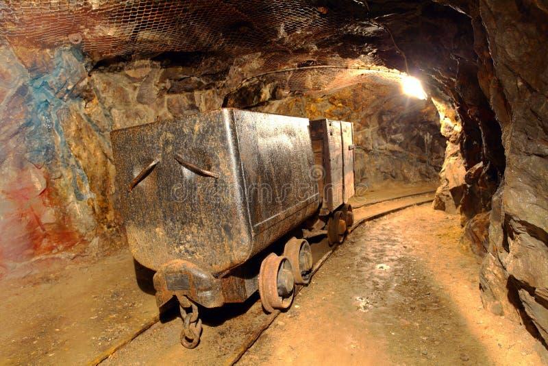Trem subterrâneo em meus. imagem de stock