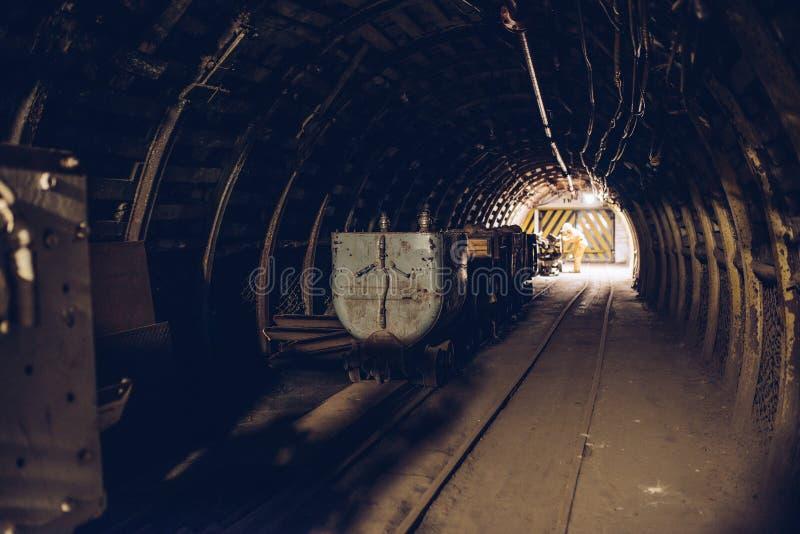 Trem subterrâneo no túnel preto da mina de carvão imagem de stock royalty free