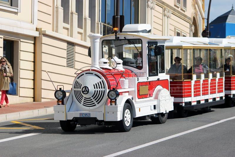 Trem Trackless vermelho em Monte - Carlo, Mônaco imagem de stock