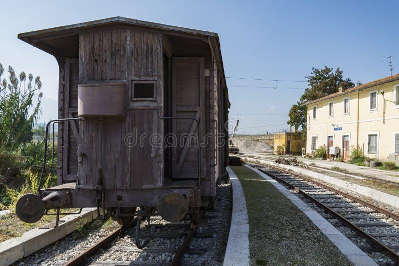 Trem velho demitido na região de Abruzzo, Itália fotografia de stock