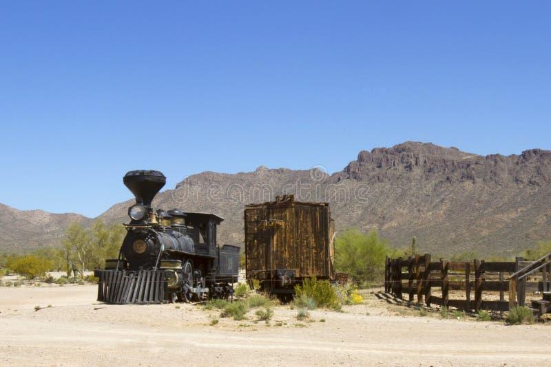 Trem velho do ferro no deserto ocidental imagens de stock