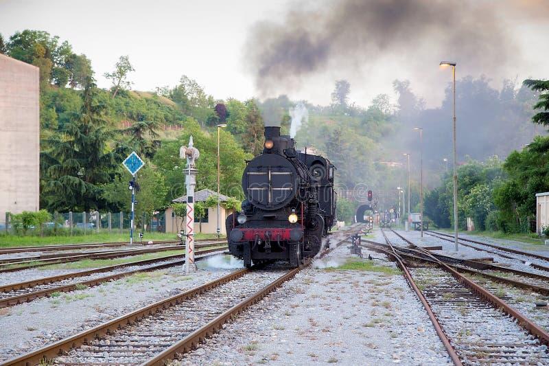 Trem velho do vapor na operação imagem de stock