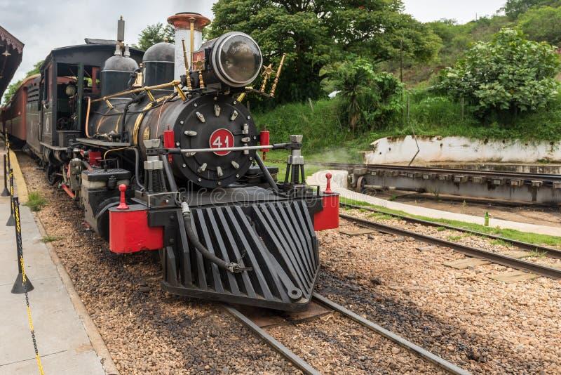 Trem velho em Tiradentes, em uma cidade colonial e histórica imagem de stock
