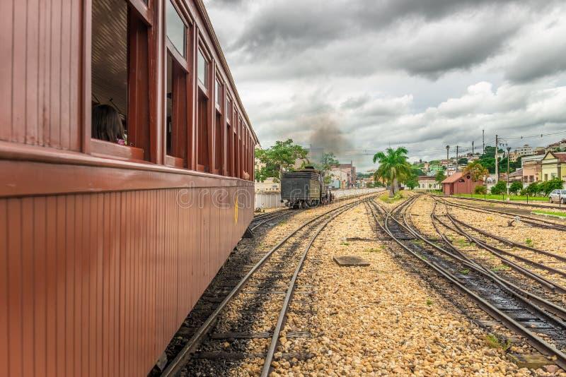 Trem velho em Tiradentes, em uma cidade colonial e histórica imagem de stock royalty free