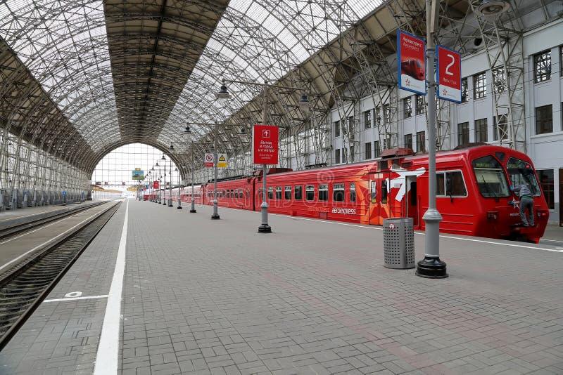 Trem vermelho de Aeroexpress na estação de trem de Kiyevskaya (terminal railway de Kiyevsky, Kievskiy vokzal), Moscou, Rússia imagens de stock