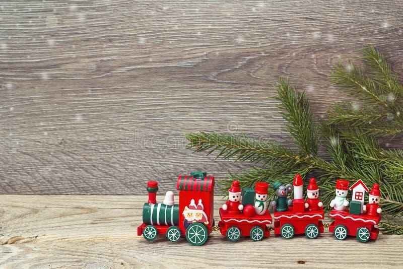 Trem vermelho do brinquedo do Natal com ramos do abeto e espaço da cópia imagens de stock