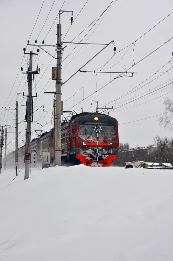 Trem vermelho na estrada de ferro no inverno imagens de stock