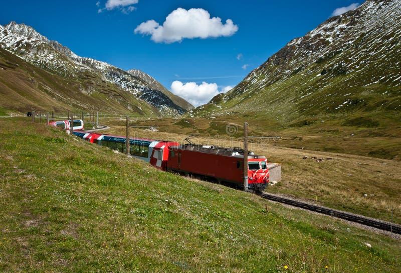 Trem vermelho nos alpes imagens de stock royalty free