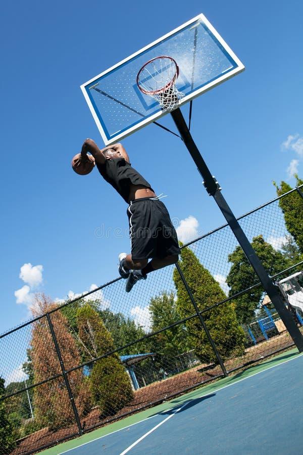 Tremper de joueur de basket photographie stock