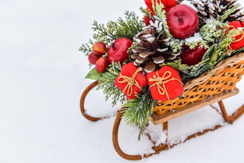 Trenó do Natal com os presentes isolados na neve branca imagens de stock