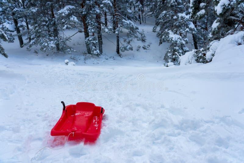 Trenó vermelho na neve fotos de stock