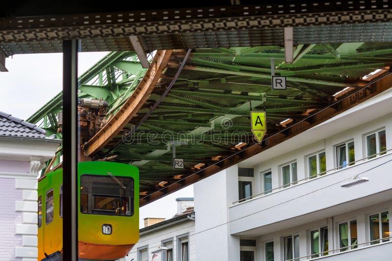 Tren único de la suspensión en Wuppertal, Alemania imagenes de archivo