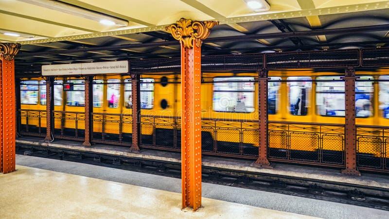 Tren amarillo en el metro de Budapest, Hungría fotos de archivo libres de regalías