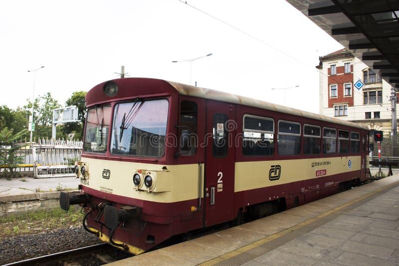 Tren clásico y retro rojo en el ferrocarril de Praga o el nadrazi principal del hlavni de Praga imagen de archivo
