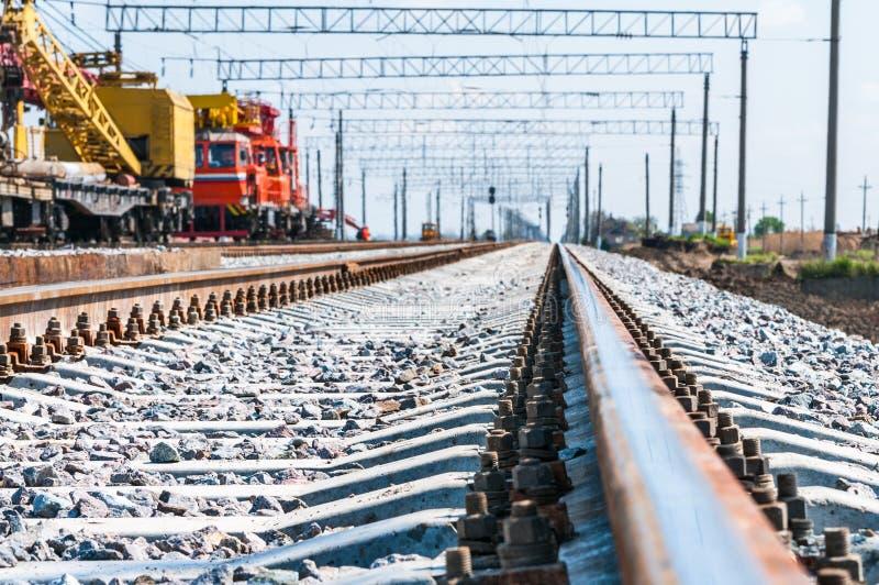 Tren con el equipo especial de la vía en las reparaciones fotos de archivo