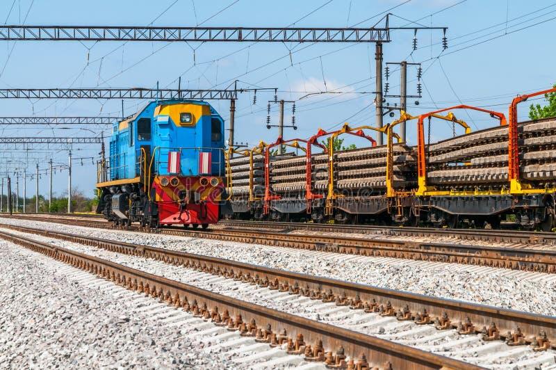 Tren con el equipo especial de la vía en las reparaciones fotografía de archivo libre de regalías