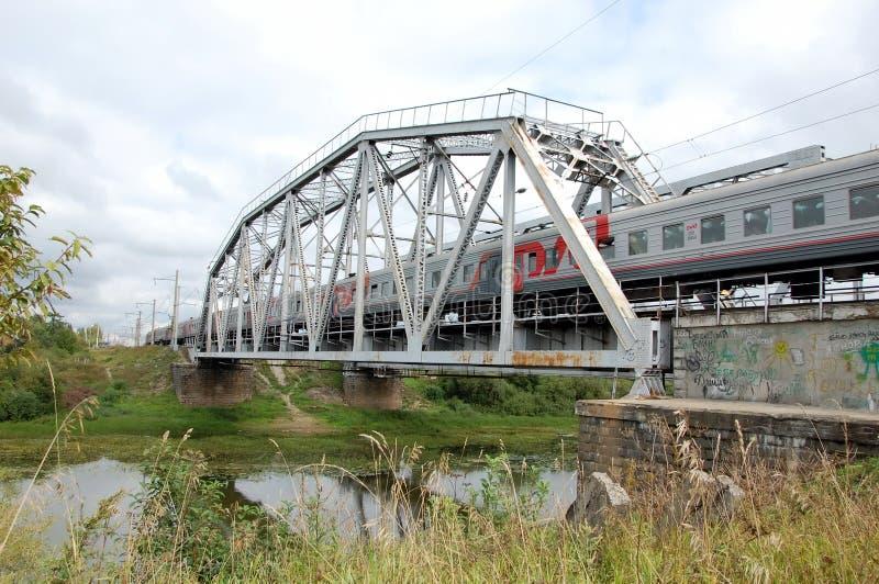Tren con el logotipo ruso de los ferrocarriles (RZD) imagen de archivo libre de regalías